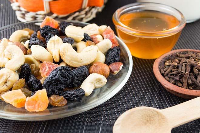 Поднять гемоглобин орехи курага изюм мед чернослив